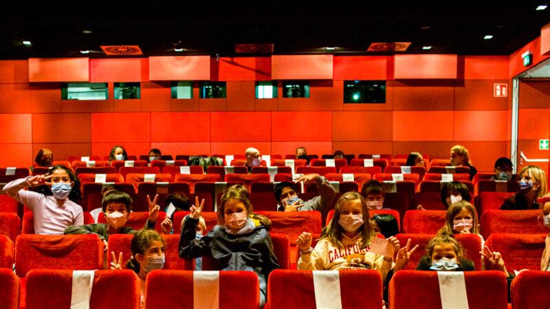 Schüler:innen freuen sich auf spannende Kinoerlebnisse. © Olver Leicht