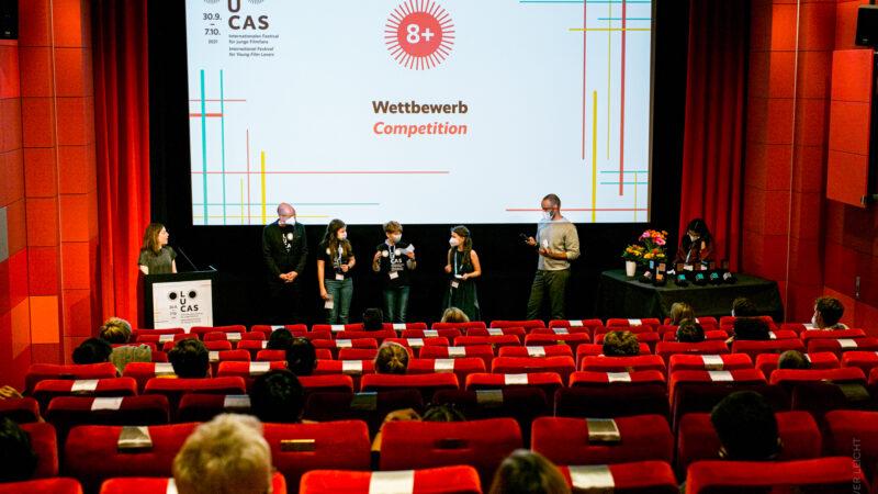 Die Jury 8+ gibt die Preisträger:innen in ihrer Sektion bekannt. © Oliver Leicht