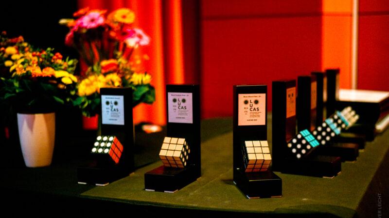 Kurz vor der Preisverleihung – die Auszeichnungen warten auf ihre Preisträger:innen. © Oliver Leicht